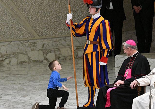 羅馬教皇演講遭男孩嬉鬧打斷 教皇:「讓他玩吧!」