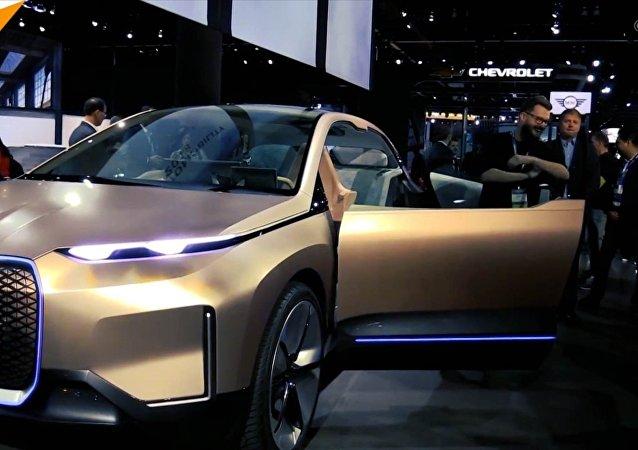 宝马公司在洛杉矶展览会上展示无人驾驶智能汽车