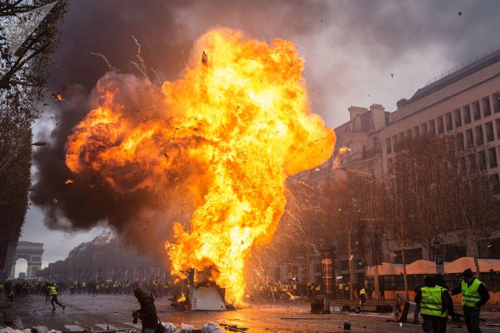 巴黎抗議油價上漲的「黃背心」活動參與者與執法人員發生衝突。