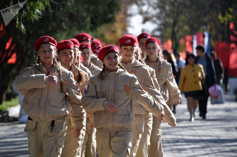 塞瓦斯托波爾青少年軍成員在改建後的「馬拉霍夫岡」紀念建築群開放儀式上