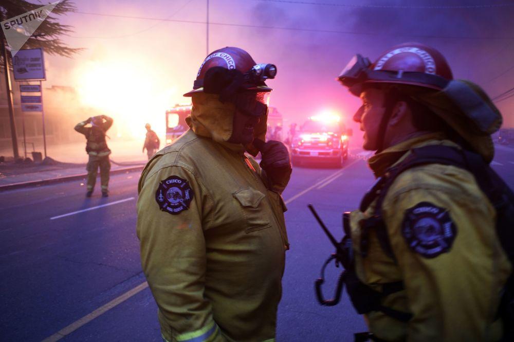 美國加州林火現場的救援人員