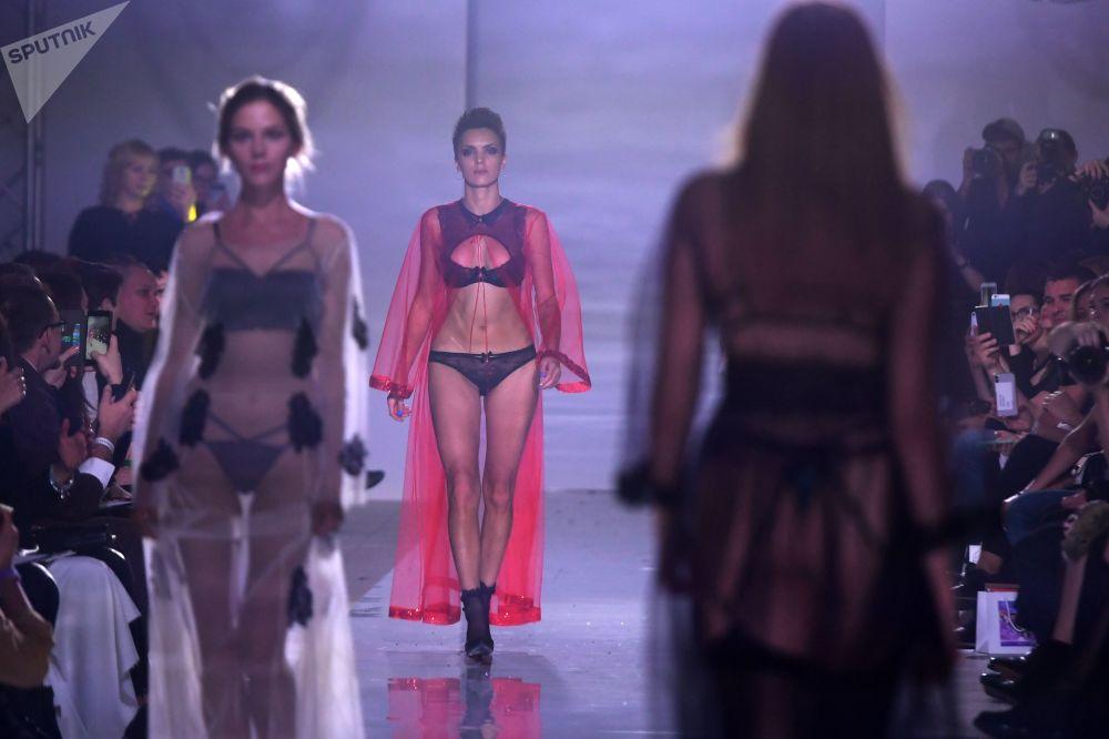 喀山伏爾加國際時裝周(Volga Fashion Week)上,模特在展示祖利菲亞·沙羅費耶娃「丘比特飛行」系列新品。