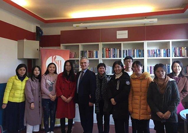 俄羅斯作家謝苗諾夫作為北京外國語大學的名譽教授為該校和廣州外國語大學的學生授課。