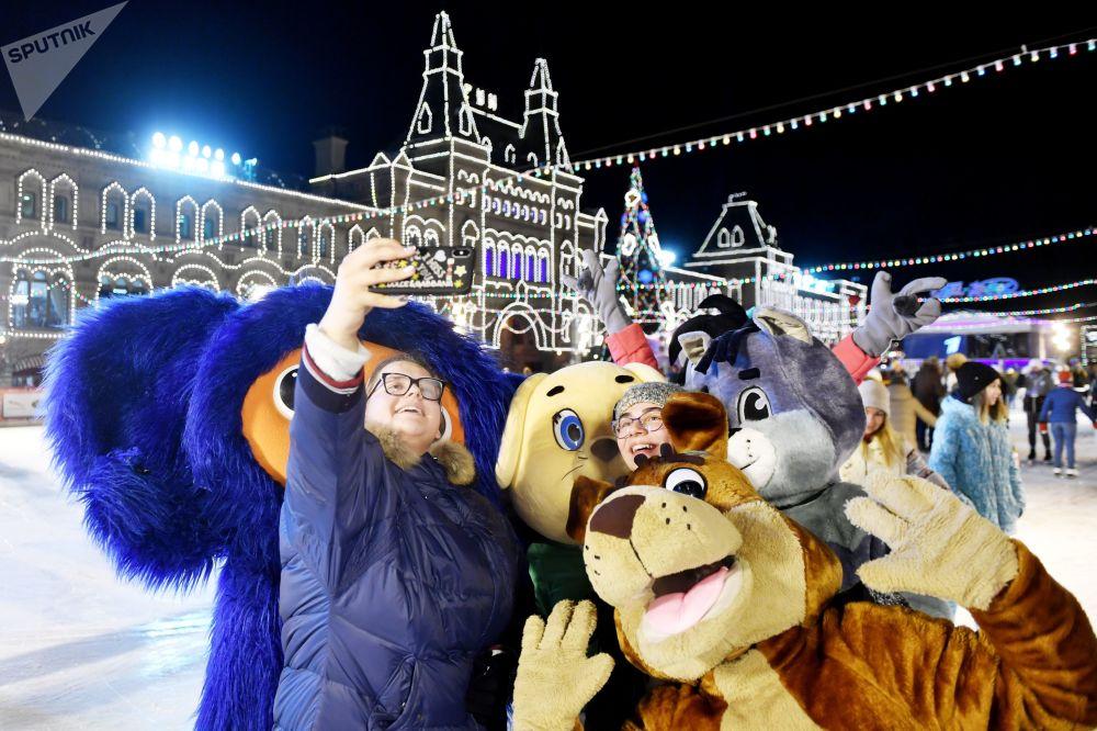 作為莫斯科冬季主要象徵之一的古姆冰場在今年的揭幕式上使用了蘇聯漫畫人物來點綴。