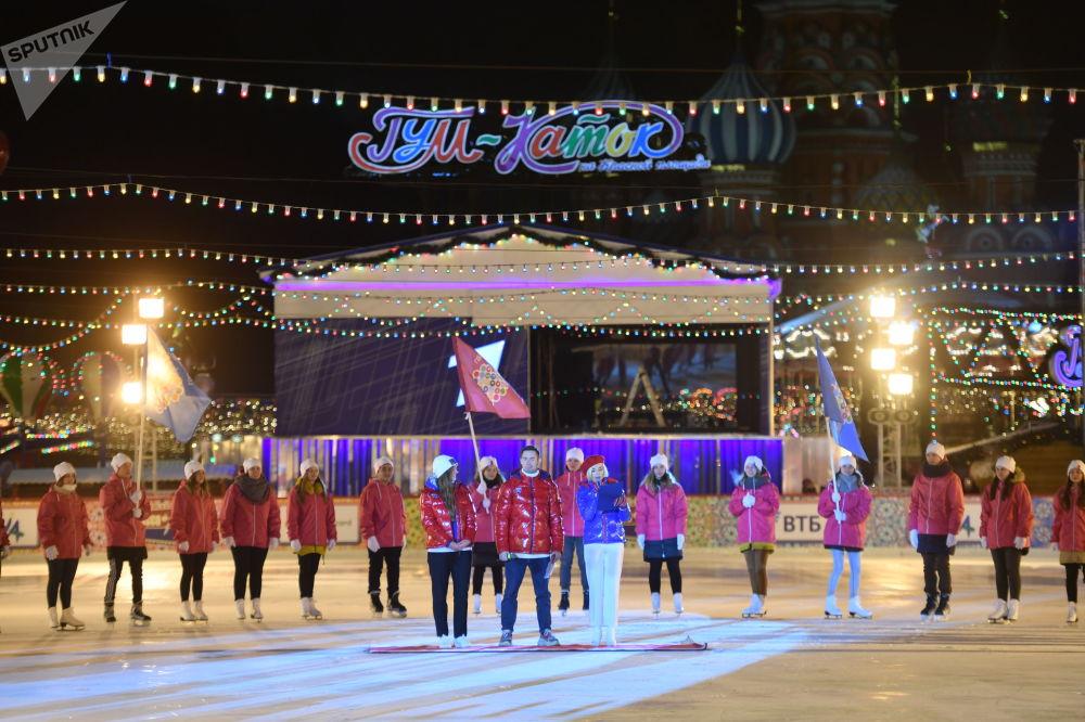 今年被宣佈為俄羅斯志願者年,志願者們第一次參加傳統的古姆冰場開模式。