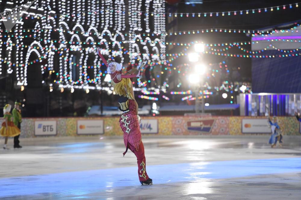 藝術家們在莫斯科紅場的古姆冰場揭幕式上表演。