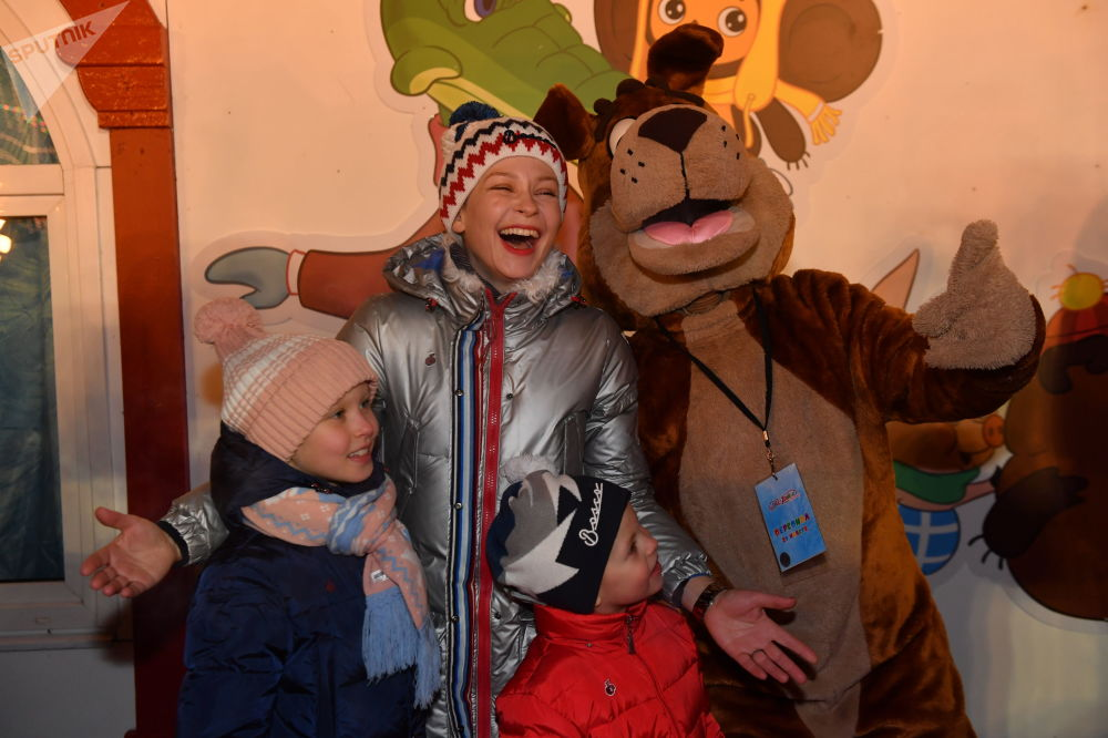 客人們在莫斯科紅場的古姆冰場揭幕式上。
