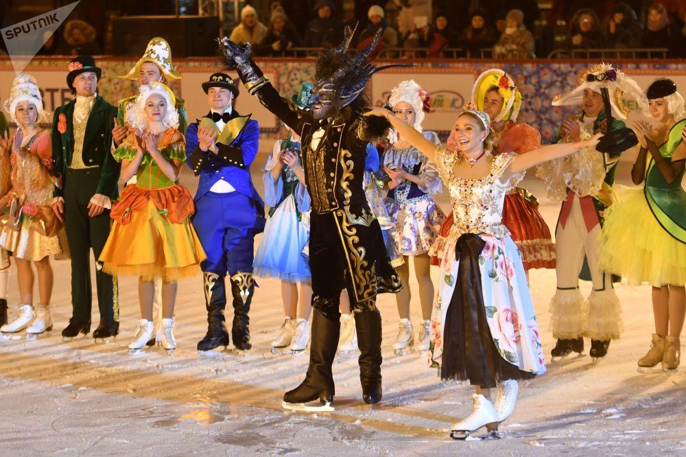 著名花樣滑冰運動員塔基亞娜·納烏卡在開幕式上為來賓在冰上特意表演了她的新劇《一朵小紅花》片斷。