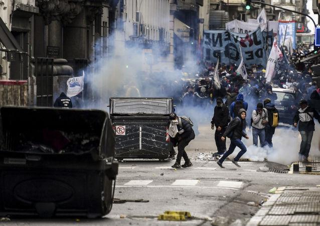 阿根廷反全球化抗议活动和平举行 被拘押者获释