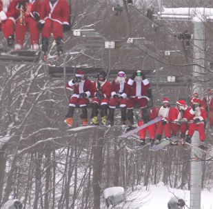 200多个圣诞老人滑雪做慈善