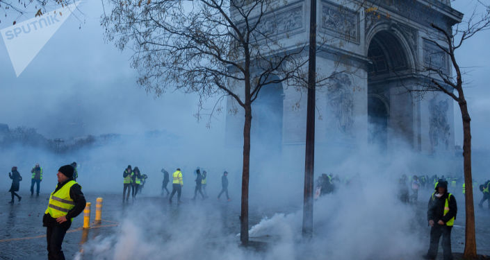 """法总理:逾千人因""""黄背心""""抗议活动期间骚乱被判罪"""