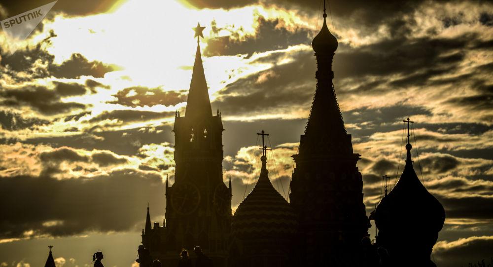 Вид на Спасскую башню Московского кремля и храм Василия Блаженного в Москве