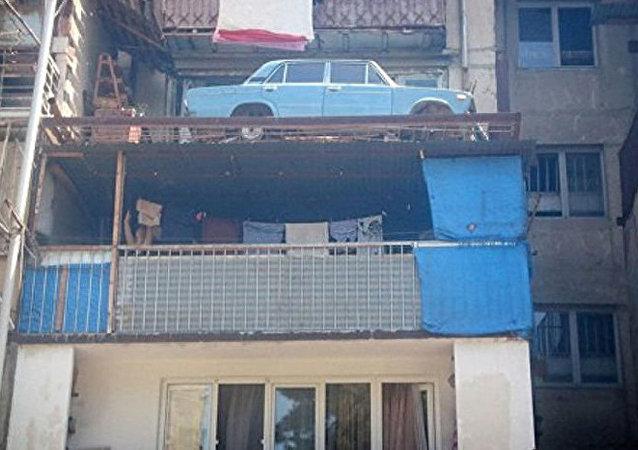 第比利斯一輛日古力汽車在民宅陽台上停放20多年