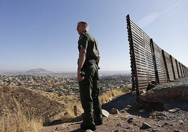 美國執法官員在美墨邊境地區