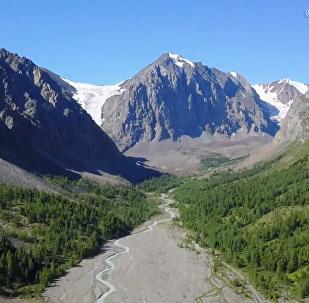 俄阿尔泰边疆区冰川融化