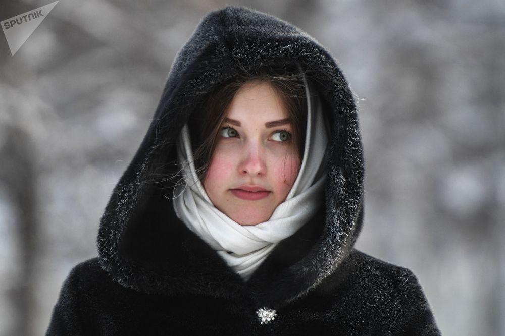 新西伯利亞市嚴寒中的女孩