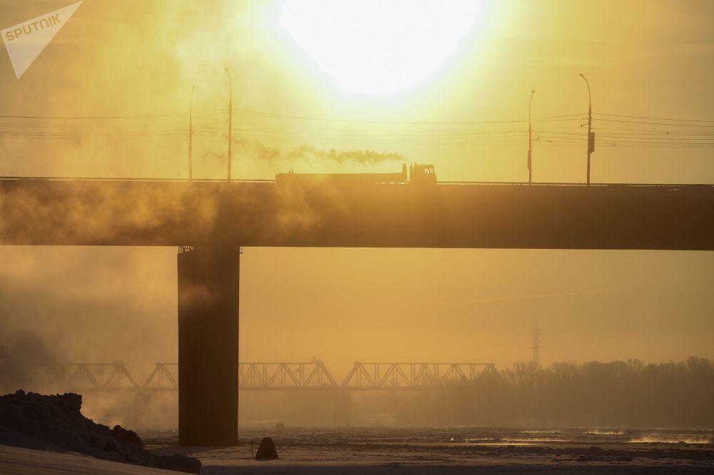 橫跨鄂畢河的德米特羅夫斯克公路橋