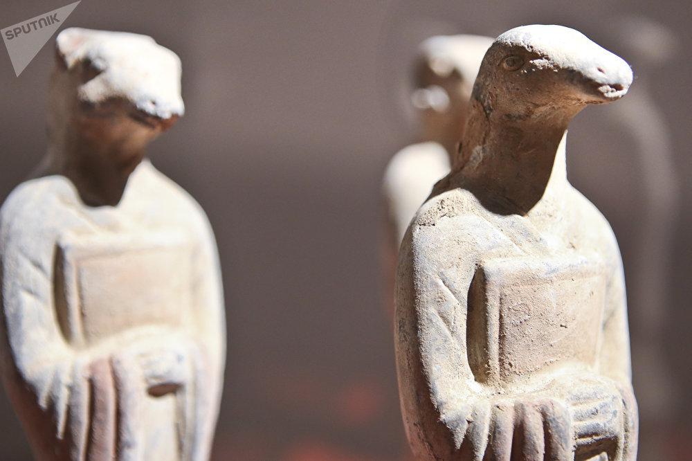 象征着十二生肖中鼠年、蛇年和羊年的三尊雕塑