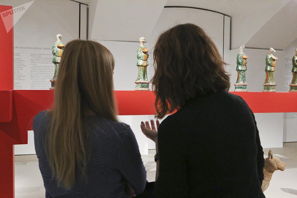 参观者观看象征着十二生肖的十二尊雕塑。