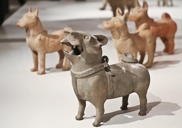 《時間保管人》展覽。中國古代陶瓷雕塑