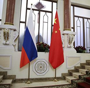 Флаги Китая и России.