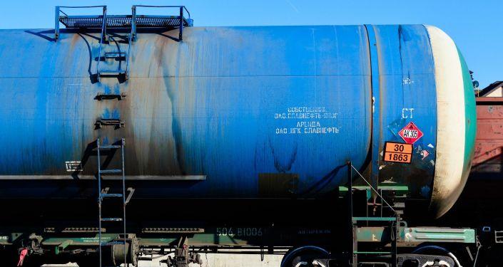 Цистерна с нефтью на железнодорожном пути
