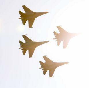 「俄羅斯獵鷹」飛行表演隊蘇-35S戰鬥機在空中表演