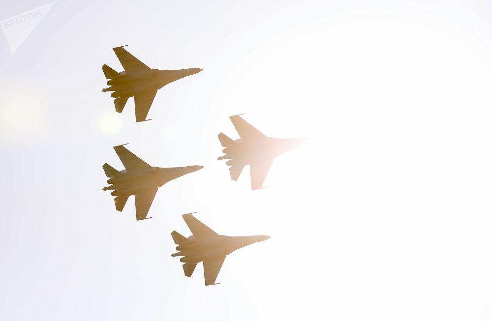 """""""俄罗斯猎鹰""""飞行表演队苏-35S战斗机在空中表演"""