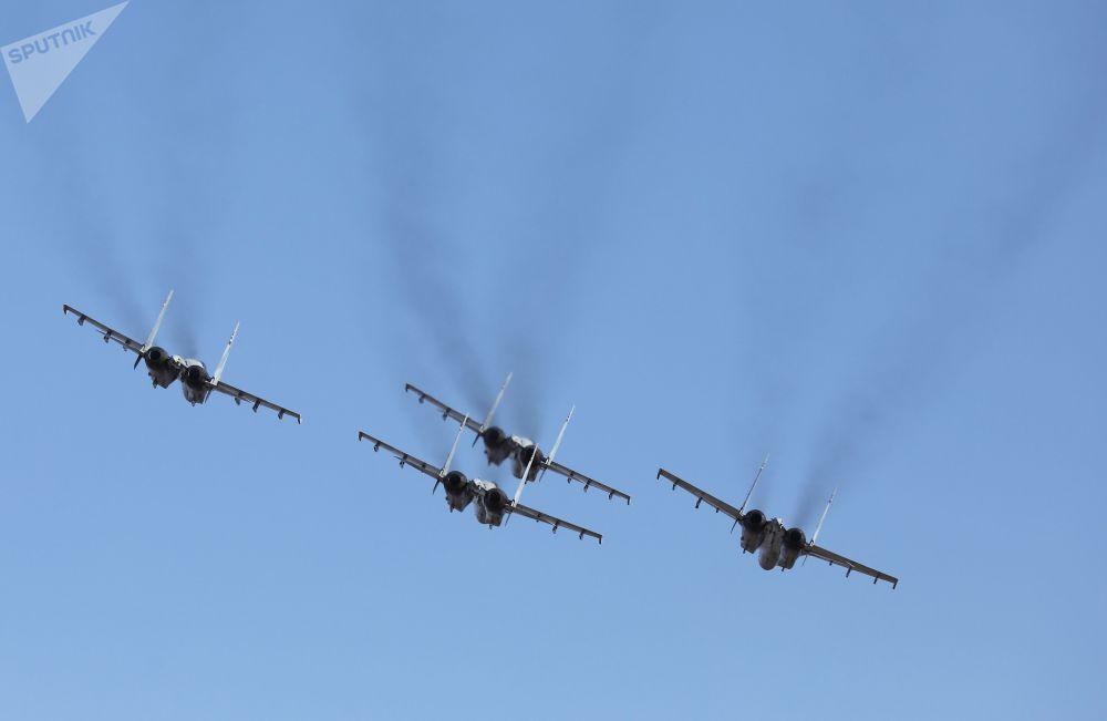 """""""俄罗斯猎鹰""""苏-35S战斗机在空中表演"""