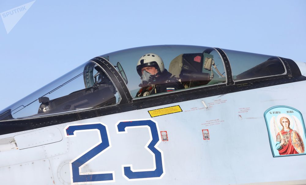 """""""俄罗斯猎鹰"""" 飞行表演队飞行员在苏-35S战斗机驾驶舱内"""