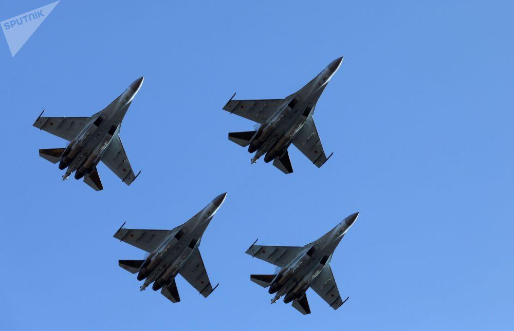 """空中的""""俄罗斯猎鹰""""飞行表演队的苏-35S战斗机群"""
