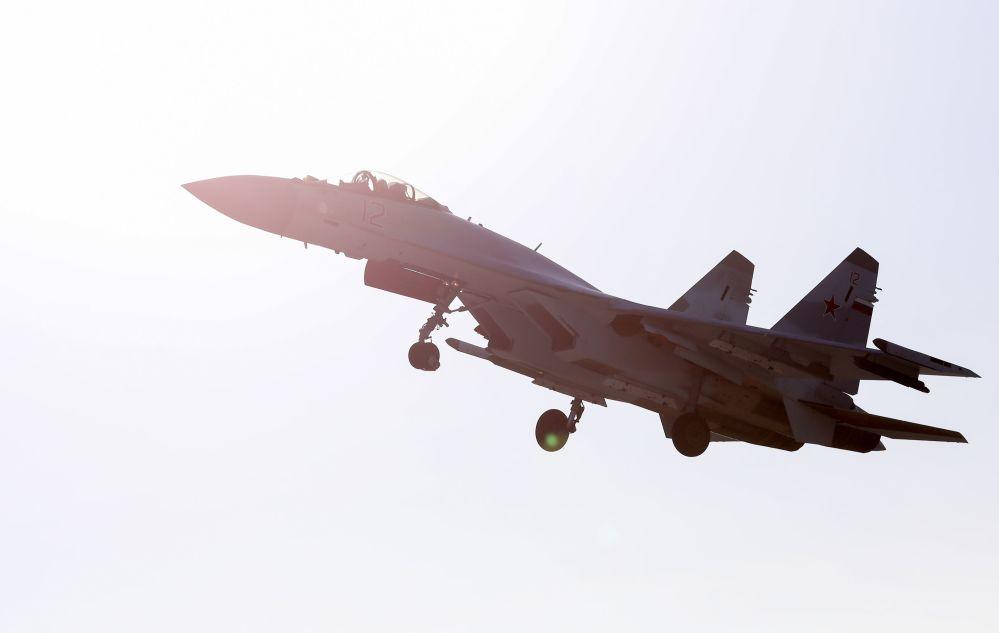 空中的「俄羅斯獵鷹」飛行表演隊的蘇-35S戰鬥機