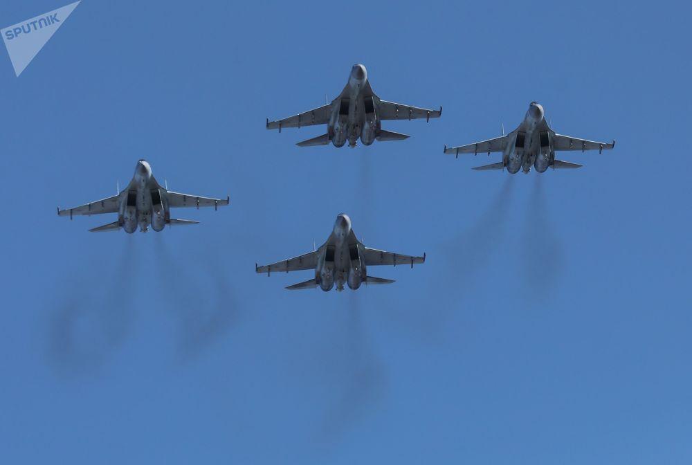 """机场上方空中的""""俄罗斯猎鹰""""飞行表演队的苏-35S战斗机群"""