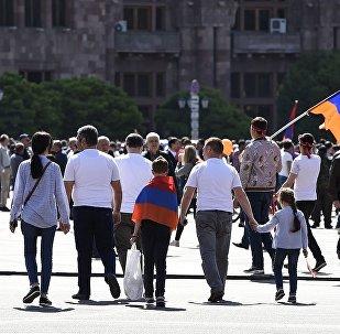 Участники митинга сторонников лидера оппозиции в Армении Никола Пашиняна