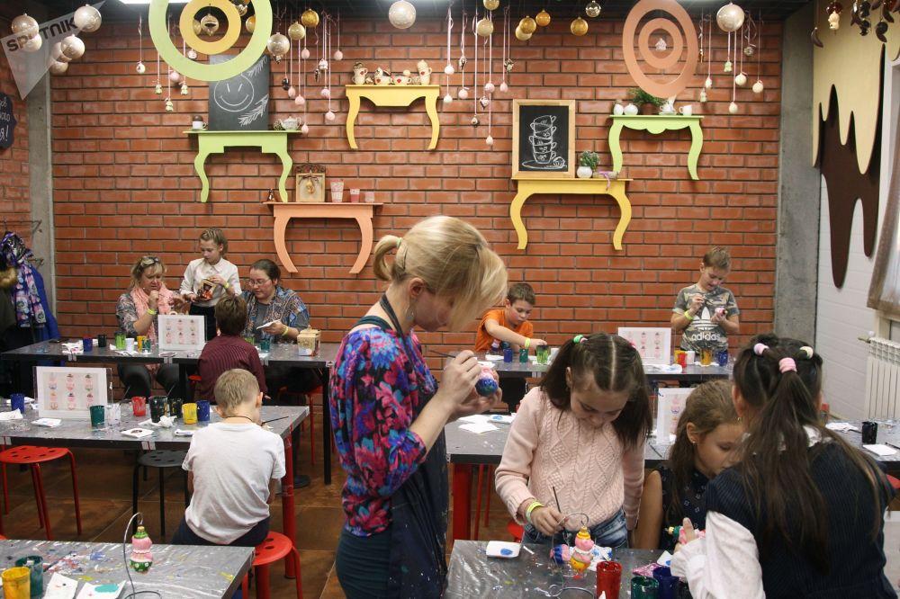 对于那些想要了解如何用19世纪技术吹制玻璃装饰品和希望自己绘制圣诞球的人,工厂还会组织参观游览活动。