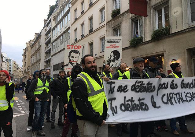 馬克龍宣佈法國進入經濟緊急狀態並提高最低工資