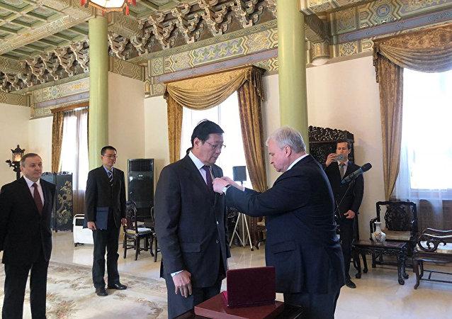 俄羅斯駐華大使為中國前財長樓繼偉授予友誼勳章