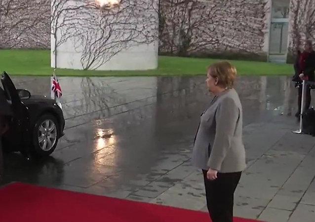 英國首相梅姨在同默克爾會晤前被鎖車內無法下車