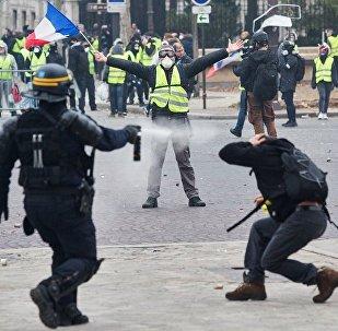 法国巴黎警方对示威学生动用催泪瓦斯