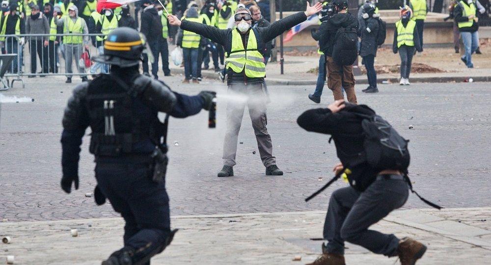 法國巴黎警方對示威學生動用催淚瓦斯(資料圖片)