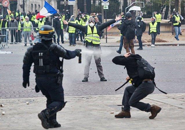 法國巴黎警方對示威學生動用催淚瓦斯