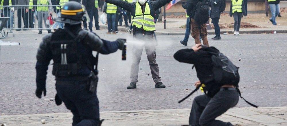 法国巴黎警方对示威学生动用催泪瓦斯(资料图片)