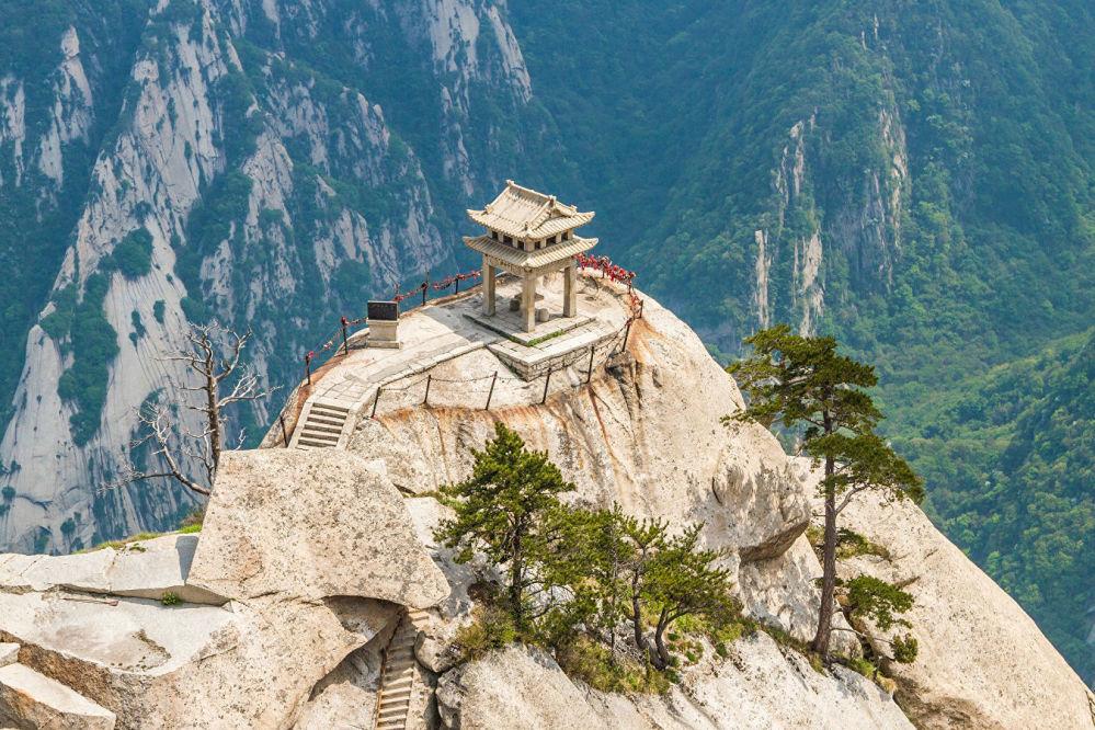 """中国华山山顶茶屋。这座山顶茶屋海拔两千余米,由古庙改建而成。一般认为,只有经验丰富的攀岩好手才能克服这条""""天梯"""",但也有游客没有准备就抵达茶屋的。"""