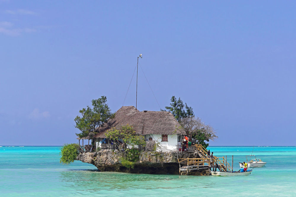 坦桑尼亞岩石餐廳(The Rock)。餐廳位於印度洋Michanvi Ringwe海灘附近的一塊岩石上。你可能要問,粘土牆壁、木板樓梯、稻草屋頂,這有甚麼可吸引人的?答案很簡單,就是能看到難忘的海景,需要坐船抵達,畢竟餐廳位於小島上。順便說一下,從岸邊看餐廳本身就像一個微型景觀,但這其實是一種幻覺,因為餐廳最多可容納40人。