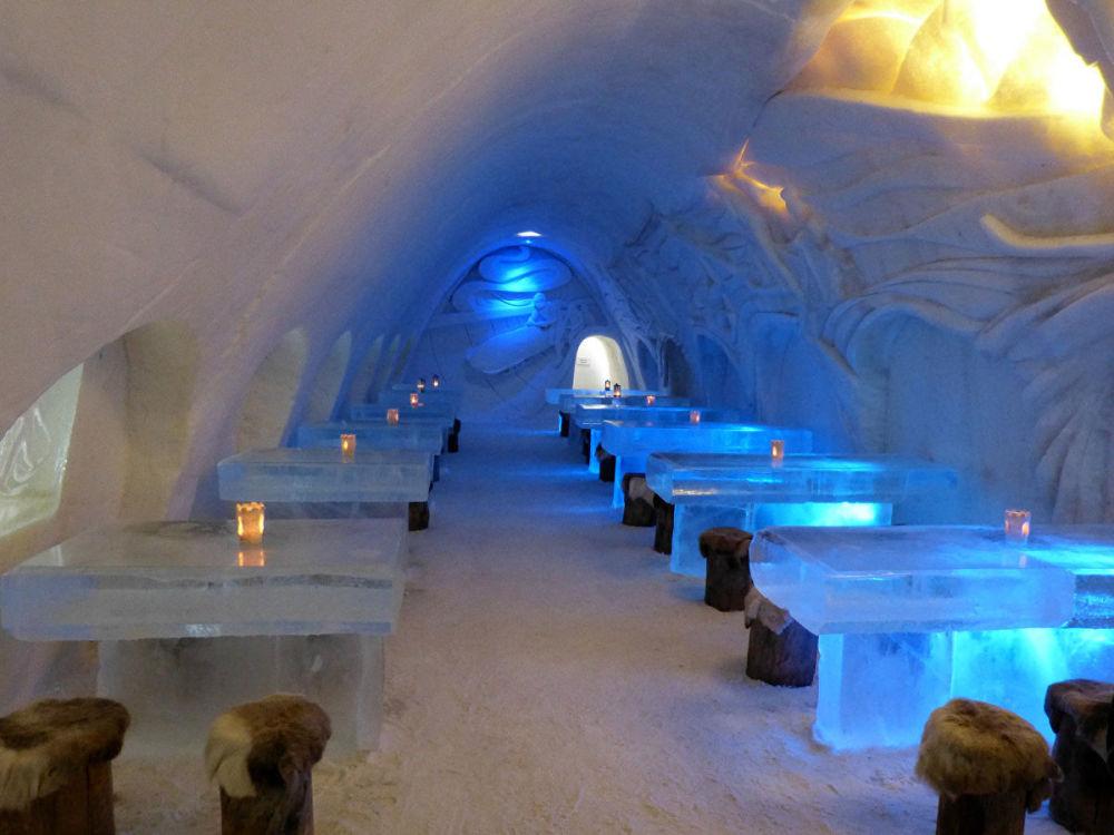 芬蘭凱米市雪堡LumiLinna餐廳。這座芬蘭小城以建造配有冰屋酒店、小禮拜堂和冰洞餐廳的冰雪城堡著稱,每年的建築風格都不相同,因此許多遊客會一次又一次地來到這裡,驚嘆於奇巧的雕像和美麗的拱頂。冰洞餐廳內的餐桌由冰打造,椅子由木頭製成,蓋有鹿皮。菜單是特製的,有熱度的。