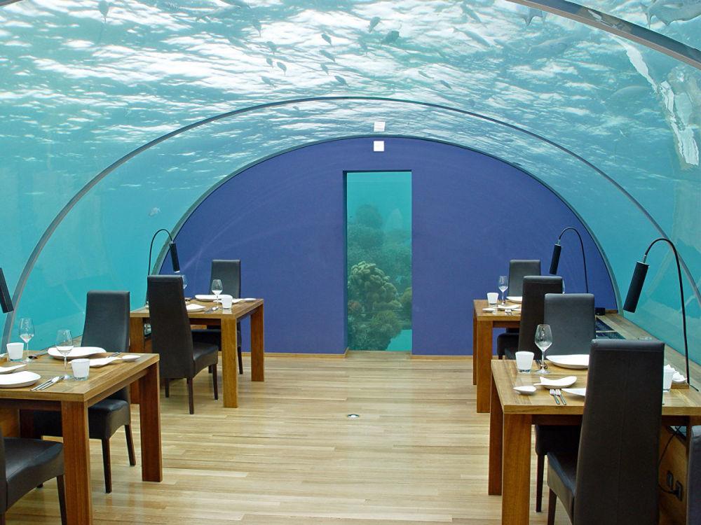 馬爾代夫伊特哈海底餐廳(Ithaa Undersea Restaurant)。這家馬爾代夫餐廳不僅受潛水愛好者歡迎,還吸引那些雖不敢潛水,但樂於欣賞海底景色、品嘗海味的遊客。餐廳有著穹形透明屋頂,在海平面以下5米。想去的客人應當考慮到這家餐廳非常小,一共只有7張小桌14個位置,所以至少要提前一周訂餐。