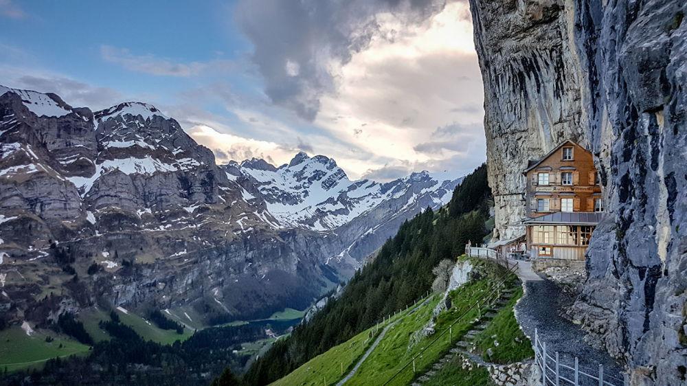 瑞士阿尔卑斯山悬崖餐厅(Berggasthaus Aescher)。牧羊人的小屋是瑞士阿尔卑斯山高耸的山峰上第一批建筑,山羊被带到这里寻找最好的牧场。只是现在这里不再有山羊,而是有一家带餐厅的酒店,从山坡上望下去的景色能瞬间征服所有人。