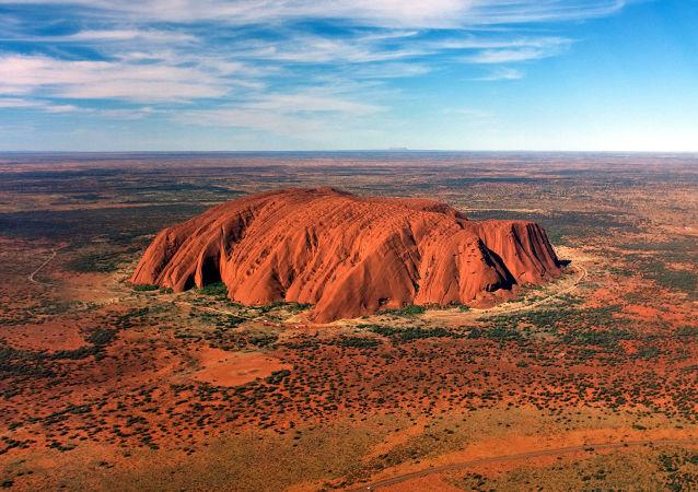 澳大利亚乌鲁鲁巨石对游客永久关闭