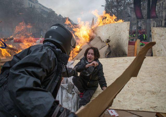 Во время акции протеста против роста цен на бензин желтые жилеты в Париже