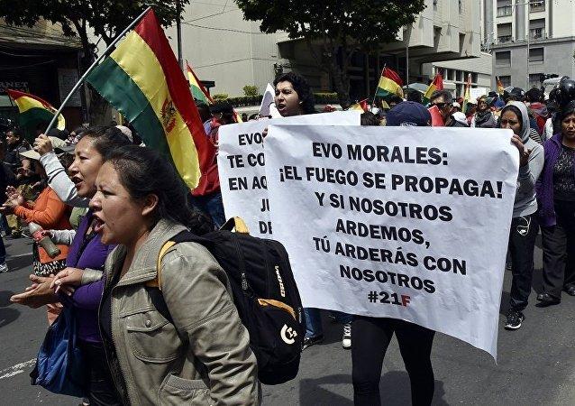 玻利維亞抗議總統連任的示威者焚燒法院大樓